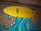 Surfboard aan de muur